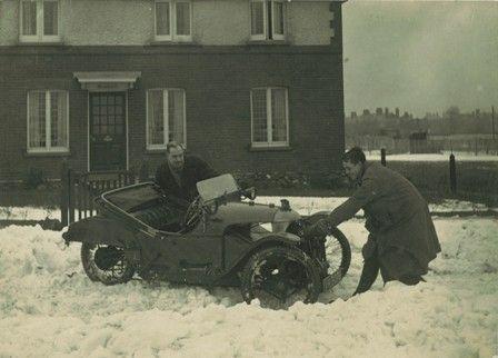 5. In de vroege jaren werd er nog niet op gelet of de weersomstandigheden wel mooi genoeg waren om met de Morgan op stap te gaan! Of we Nico Zonneveld ooit zullen tegenkomen in zo'n berg sneeuw, weet ik niet zeker…